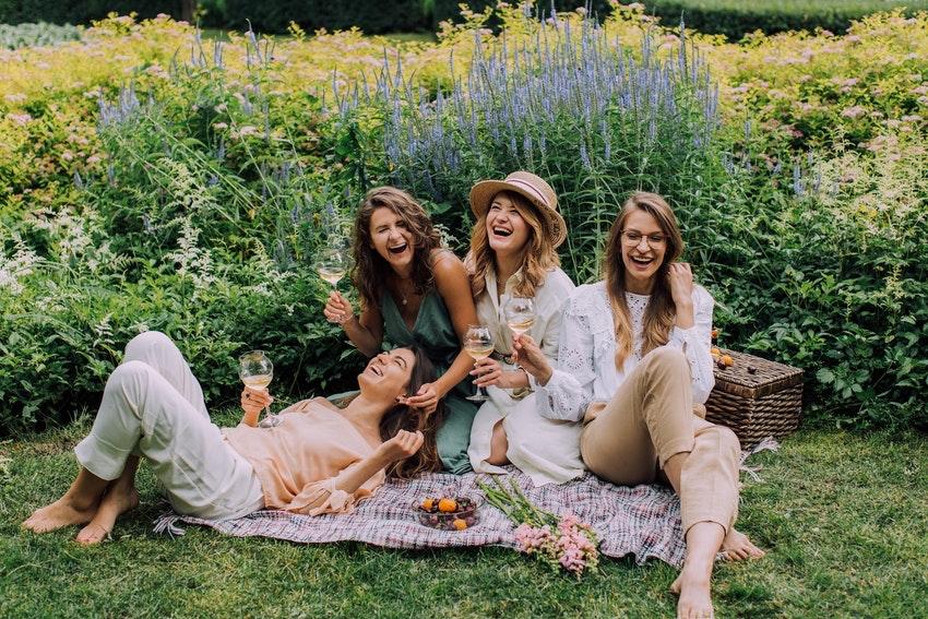 groupe de copines qui rigolent autour dun pique nique et verre de vin en campagne