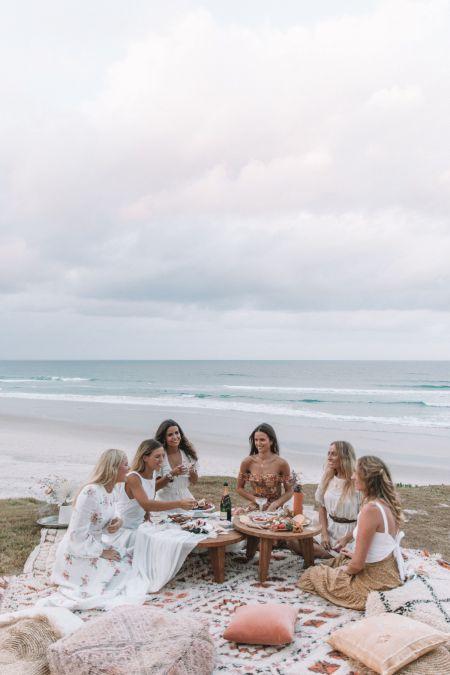filles qui se réunissent en bord de mer pour un evjf