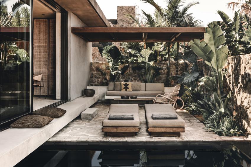 photo d'un spa calme avec une piscine et de la végétation