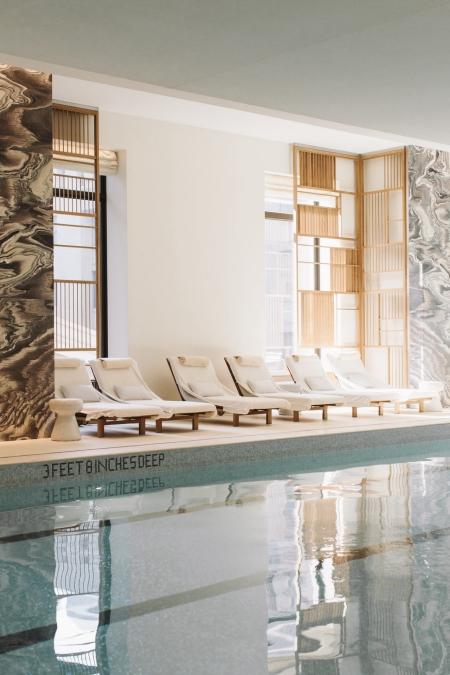 tres beau spa avec piscine et chaises longues